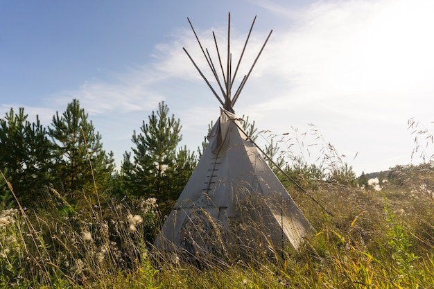 Типи палатка коренных американцев в осеннем пейзаже