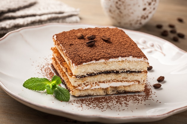 Торт тирамису на тарелке