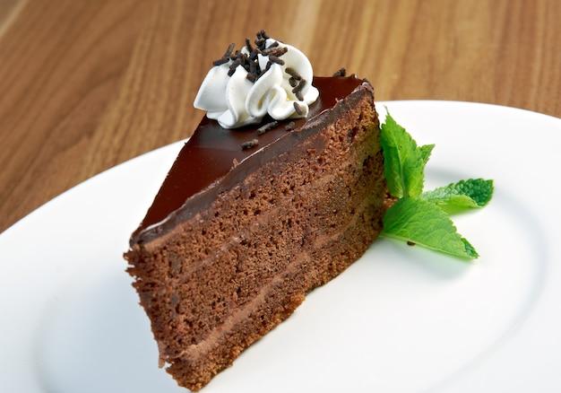 하얀 plate.close에 티라미수 케이크