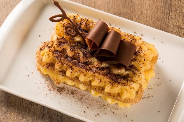 티라미수-계피와 커피를 곁들인 클래식 디저트. 초콜릿으로 장식