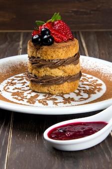 티라미수-계피와 커피를 곁들인 클래식 디저트. 딸기 장식.