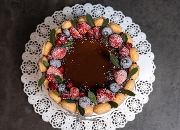 チョコレート釉薬をかけ、ベリーで飾ったティラミス