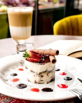 Тирамису савоярди печенье эспрессо сыр маскарпоне ром корица клубника вид сбоку