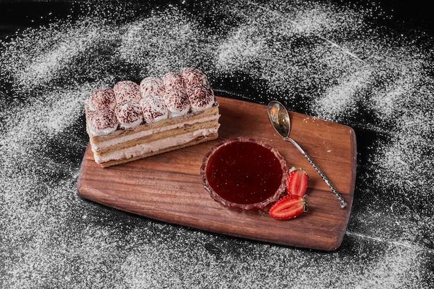 Ломтик тирамису на деревянном блюде.