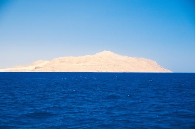 바다 전망의 티란 섬. 지평선, 바위, 이집트