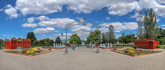 チラスポリ、モルドバ06.09.2021。晴れた夏の日に、チラスポリ、トランスニストリア、モルドバのアレクサンダースヴォーロフ広場