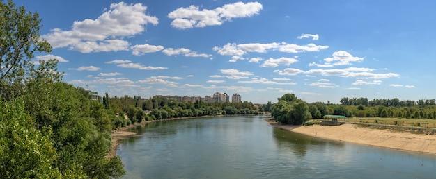 チラスポリ、モルドバ06.09.2021。晴れた夏の日に、チラスポリ、トランスニストリア、モルドバのドニエストル川のパノラマビュー