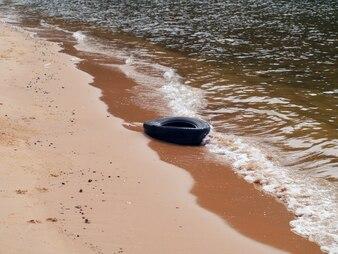 Шина на пляже
