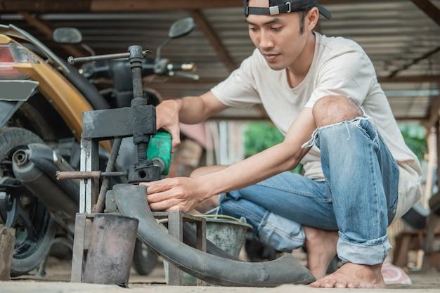 修理工場でタイヤにパッチを当てるとき、タイヤ修理工は従来のプレスに燃料を注ぎます