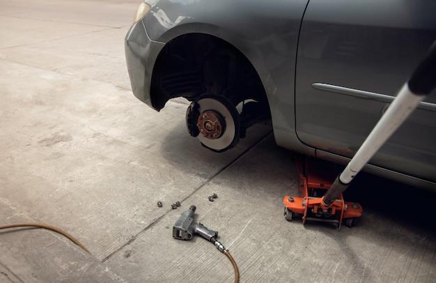 Концепция замены шин. гаражные инструменты и оборудование. автосервис и услуги