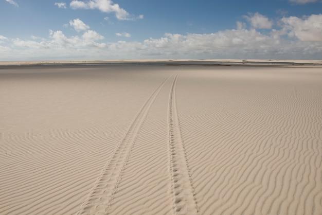 Следы шин в lencois maranhenses dunes, в атинс, мараньян, бразилия