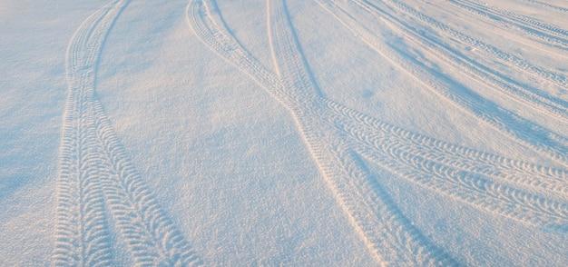 Следы шин на снегу, зимняя сцена