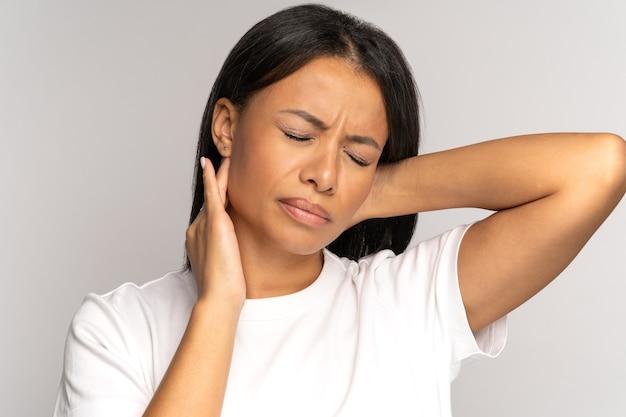 피곤한 아프리카 소녀는 목 통증 척추 문제 잘못된 자세 섬유 근육통 목 통증으로 고통