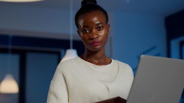 노트북을 들고 한숨을 쉬는 카메라를 보고 피곤한 아프리카 관리자