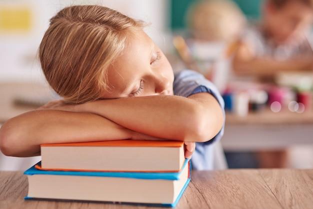 学校での長い一日の後に疲れた