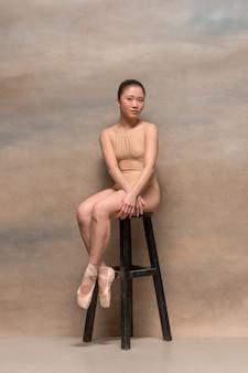 나무의 자에 앉아 피곤 된 발레 댄서
