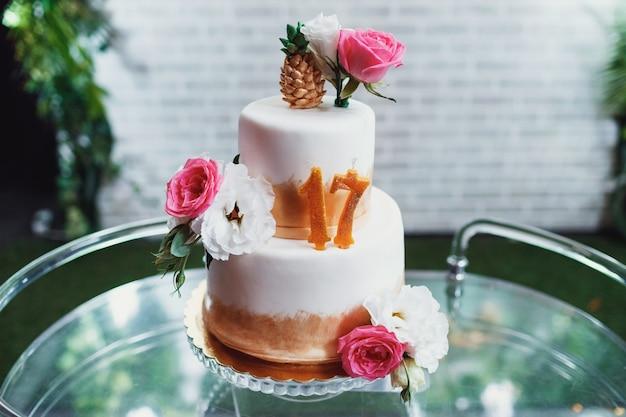 Усталый торт ко дню рождения со свечами в виде номера 17
