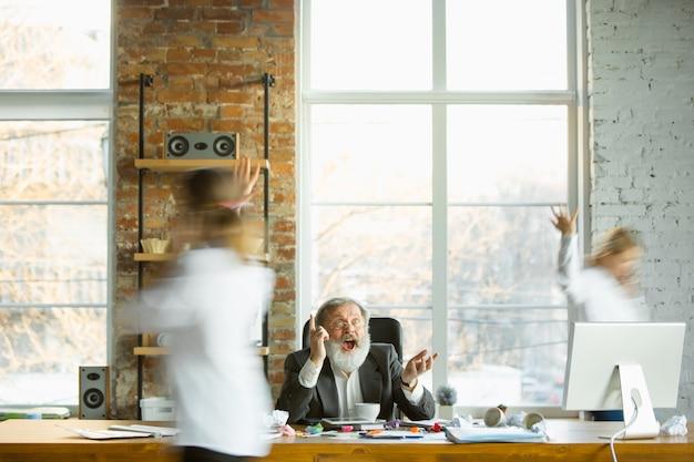 바쁜 사람들이 흐리게 근처로 이동하는 동안 그의 직장에서 쉬고 피곤 보스. 회사원, 관리자가 일하고, 커피를 마시고, 동료에게 방향을 제시합니다. 비즈니스, 작업, 워크로드 개념.