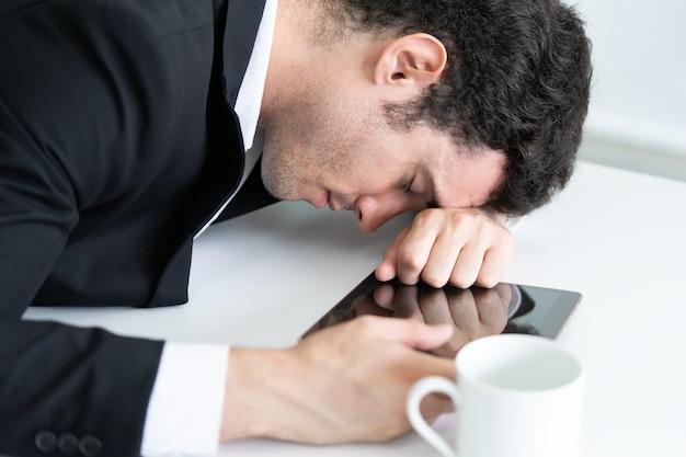 疲れたビジネスマンはオフィステーブルに眠っている