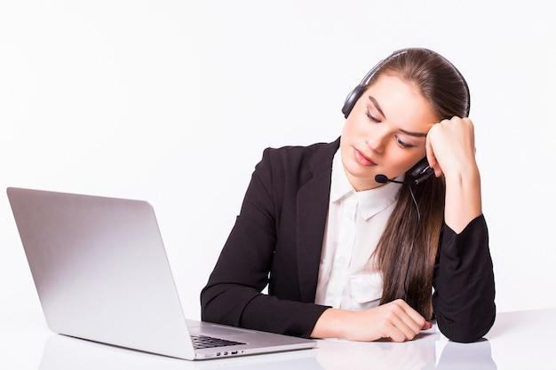 Donna d'affari stanca al call center seduto al tavolo o è un fallimento. isolato su bianco.