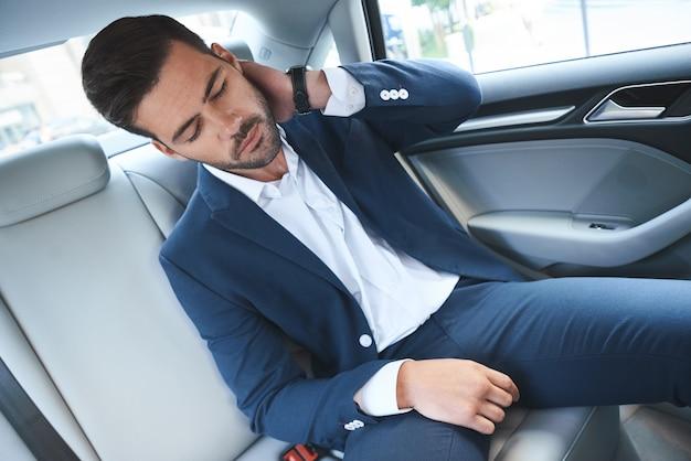 차에 앉아 피곤된 사업가