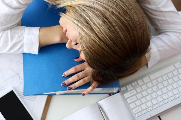 昼寝をしているオフィスで疲れた実業家