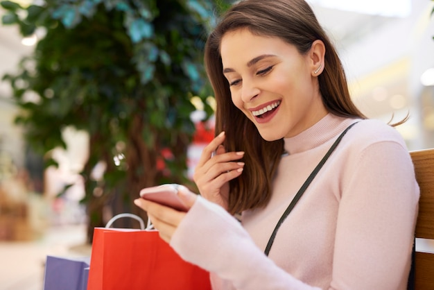大きな買い物の後、疲れているが幸せな女性