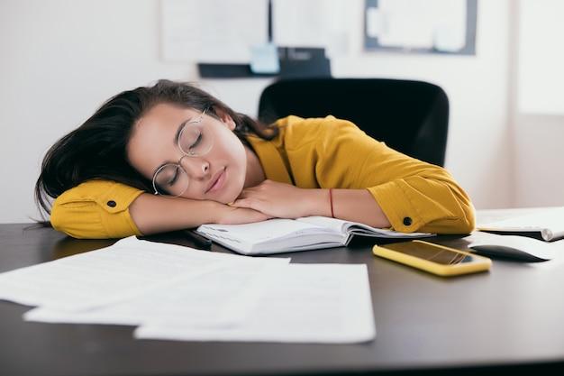 작업하는 동안 책상에서 자고 안경에 피곤 백인 사업가