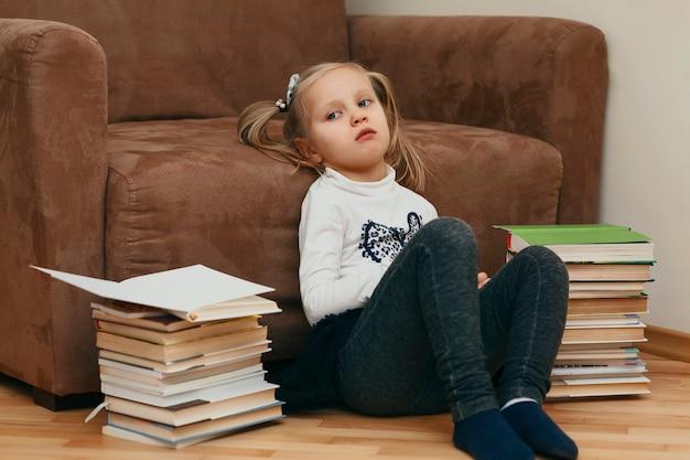 本の背景に家で疲れた子供