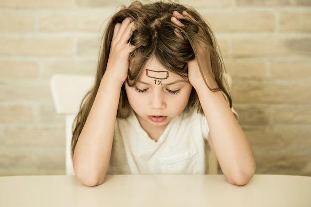 Усталая девочка с концепцией стресса и усталости значка низкого заряда