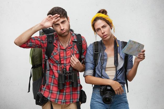 Усталая пара, небрежно одетая, позирует