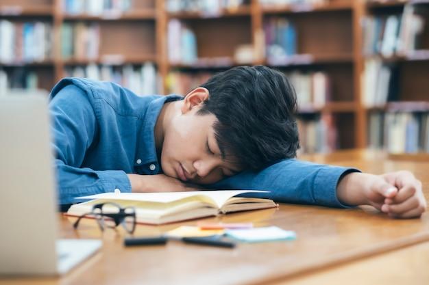 図書館で寝て疲れて疲れた学生