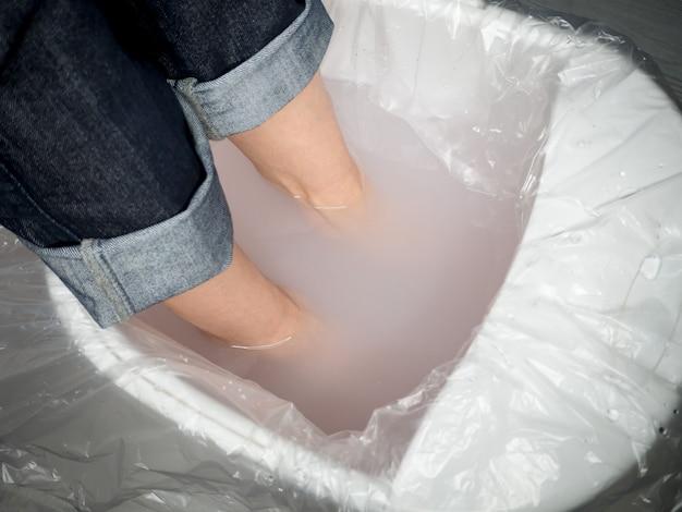 Усталые ноги, женские ноги в расслабляющей ванне.
