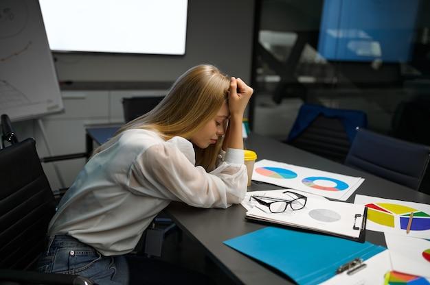 테이블, it 사무실에서 자고 피곤된 여성 관리자. 전문 작업자, 계획 또는 브레인스토밍. 성공적인 사업가는 현대 회사에서 일한다