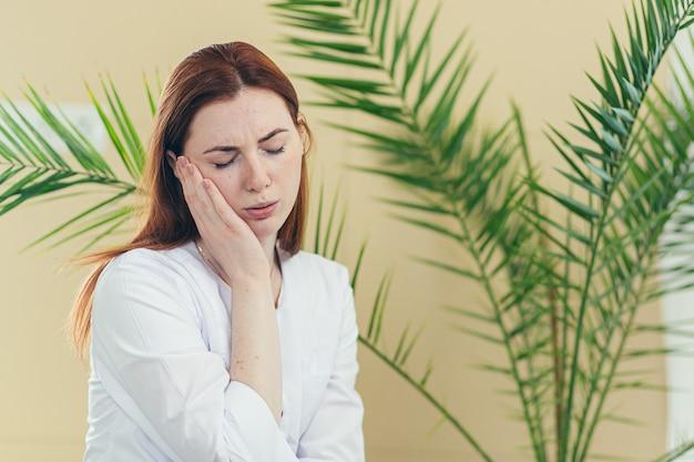 병원에서 힘든 하루를 보낸 후 피곤한 여성 의료 종사자 의사