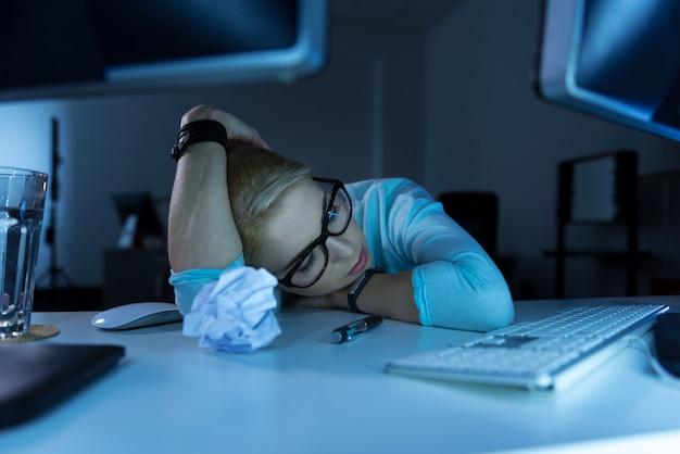 모든 것에 지쳤습니다. 피곤하고 잠들면서 사무실에 앉아 졸린 피곤한 프로그래밍 전문가를 화나게 함