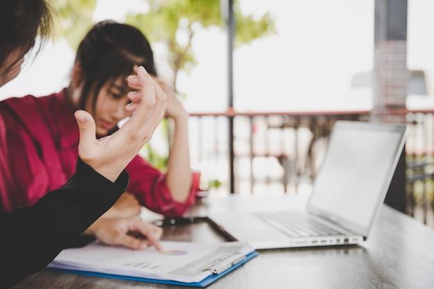 ストレス、ビジネスの問題の失敗や会社の倒産の概念を感じて疲れてイライラしたビジネス人々