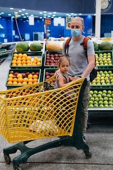 Усталый ребенок девочка в корзине покупок