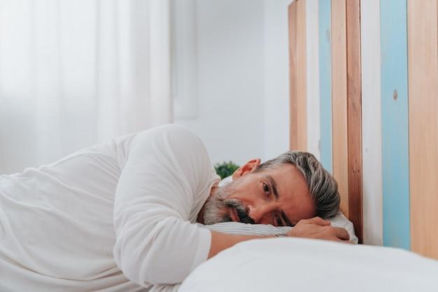 잠에서 깨어난 50대 남성