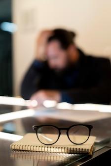 Uomo stanco che lavora fino a tardi in ufficio