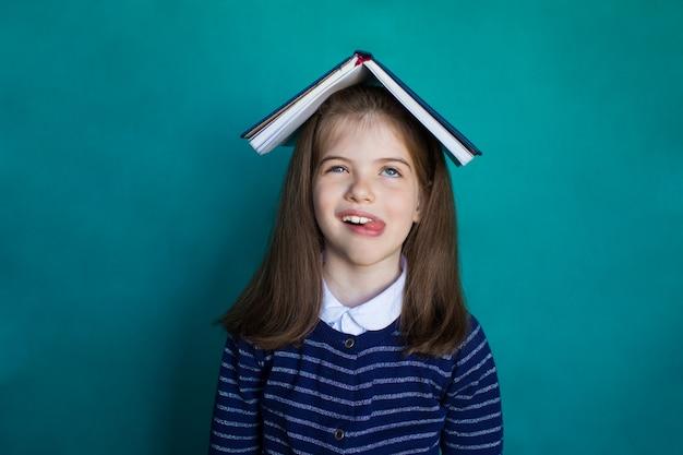 Усталая школьница, разочарованная и подавленная выполнением домашних заданий. концепция школы и образования.
