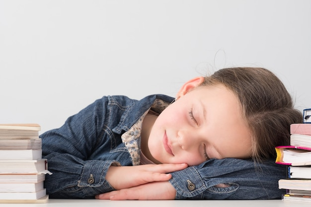 レッスン中に机の上で寝ている疲れた女子高生