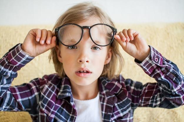 격자 무늬 셔츠와 안경 온라인 학습 개념에 피곤 졸린 소녀