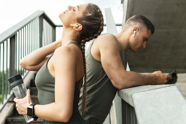 Усталая спортивная пара после фитнеса или бега трусцой на городской улице