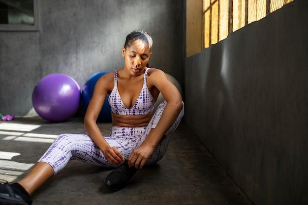 운동 후 피곤된 스포티 한 여자