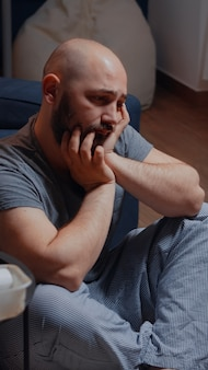 問題の最善の解決を考慮して自殺を考えているストレスの疲れた犠牲者
