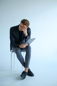 Усталый замкнутый грустный мужчина. плохие новости отказ концепции стресса. наедине с проблемами.