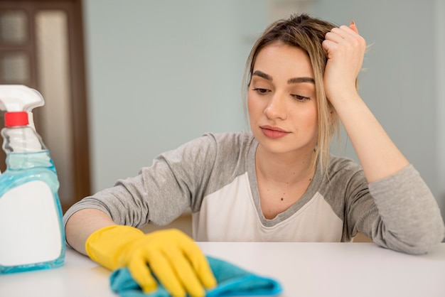 布で掃除疲れた女性