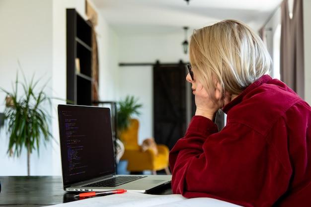 집에서 컴퓨터로 작업하는 피곤한 여성 개발자