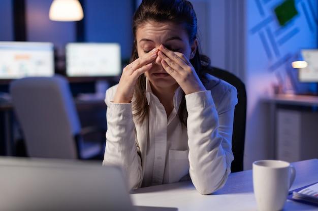 피곤한 여자는 시작 비즈니스 사무실에서 늦은 밤 재무 분석을 확인 잠들